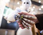 正當人類正在享受人工智能(Artificial Intelligence, AI)所帶來的便利之際,一群憂心人工智能發展的科學家,包括霍金、馬斯克和喬姆斯基,公開呼籲更多政府與國際組織應該站出來控管人工智能在機器人武器的發展。 (CARSTEN KOALL/AFP)