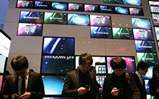 南韓民調,有超過5成的上班族承認有「智慧型手機中毒上癮」的問題。(Chung Sung-Jun/Getty Images)