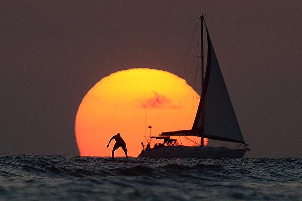 夏威夷檀香山最後一抹夕陽。(Jewel SAMAD/AFP)