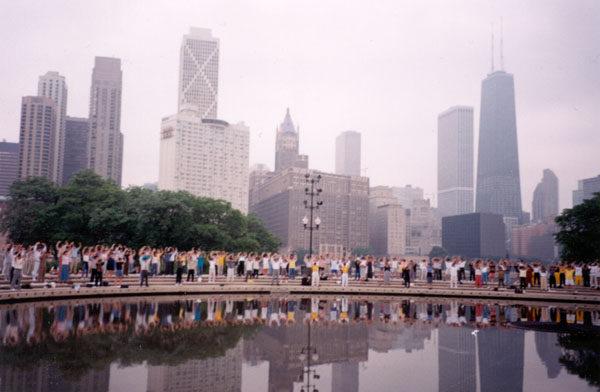 美國法輪功學員在芝加哥集體煉功。(明慧網)