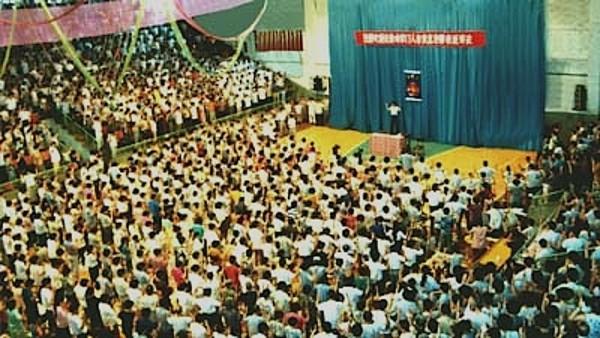 1994年7月,辽宁省大连市,李洪志师父在中国法轮功大连第二期传授班上讲法传功。(明慧网)