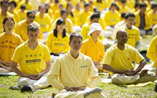 2014年5月10日纽约法轮功学员中央公园集体练功,庆祝即将到来的513世界法轮大法日。(戴兵/大纪元)
