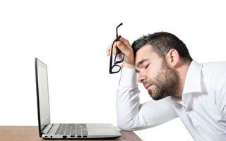 容易疲累,精神不振,无法集中注意力甚至出现郁闷等现象,这些都是疲劳症候群的迹象。(Fotolia)