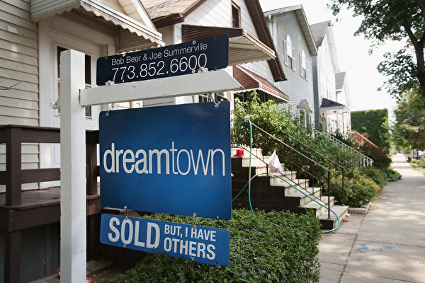 """美国芝加哥的一栋住房前挂着""""已卖掉""""的标识牌。(Scott Olson/Getty Images)"""