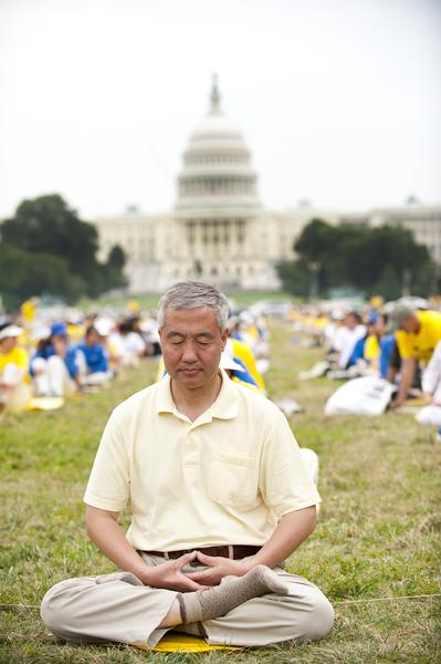 上世紀80年代初被查出患有俗稱「漸凍人」的進行性脊肌萎縮症的汪志遠先生在美國國會前打坐。身為顯微手術專家的汪先生曾在國內行醫幾十年,救治了無數的病患,後來就職美國哈佛醫學院。1998年2月,他經朋友介紹修煉法輪功4、5天後,胃腸的不適症狀消失,身體其它不舒服的症狀也沒了。約三個月後,他的身體完全恢復。(戴兵/大紀元)