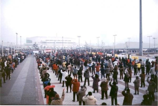 1999年1月,超过十万法轮功学员在辽宁大连集体炼功。(明慧网)
