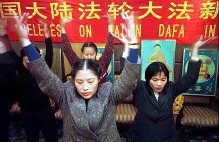 1999年10月28日,30多名大陸法輪功學員冒著生命危險,在北京成功召開了首次「中國大陸法輪大法新聞發布會」。(明慧網)
