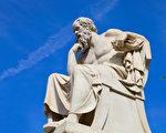 苏格拉底雕像,雅典雕塑家列奥尼达斯‧德罗西斯(1834—1882)作,立于雅典科学院。(维基百科公共领域)