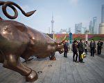 中国股市目前陷入持续下跌之中,英国《金融时报》表示大陆股市泡沫即将破裂,经济或面临崩盘。 (JOHANNES EISELE/AFP/Getty Images)