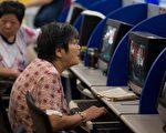 自6月15日起短短的13個交易日內,滬指跌去將近1400點。股民人均虧損32萬元人民幣。圖為上海交易所中查看股市走勢的散戶投資者。(JOHANNES EISELE/AFP/Getty Images)