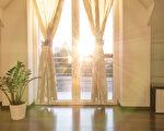 在夏天,專家說,何時開窗、何時關窗並放下窗簾等,均對室內溫度有很大影響。(fotolia)