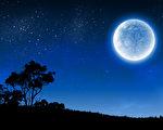 """本周五(7月31日),世界上大部分地区的人都有机会看到一轮满月,这轮满月有个充满诗意的美丽名字,叫""""蓝月亮""""。(fotolia)"""