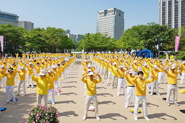 二零一五年五月十日,韓國慶祝第十六屆「5.13世界法輪大法日」及法輪大法洪傳二十三週年。(金國煥/大紀元)
