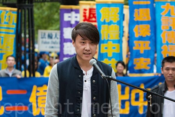 2015年5月15日,8千法輪功學員在紐約聯合國附近集會聲援2億華人退出中共組織。圖為現場退黨的青年。(馬有志/大紀元)