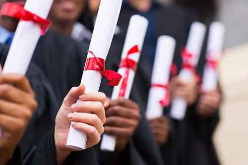一项调查显示,一般而言,只有高中文凭的上班族失业率(6.1%)是拥有大学学历上班族(3.1%)的两倍,而他们的平均薪资也只有学士学历的一半。(Fotolia)