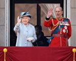 严格地说,当今的英国女王伊丽莎白二世是德国移民的后裔,原本拥有一个100%德国化的姓氏,而她的夫君菲利普亲王更是有一半德国血统。图为英国女王夫妇(Oli Scarff/Getty Images)