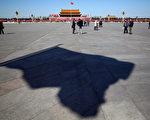 7月15日,中共原國務院副總理、第七屆人大常務委員長萬里,因病在北京醫院去世,7月22日在北京舉行火化儀式。中共黨媒稱,天安門、新華門及各省政府辦公樓等降半旗。圖為北京天安門廣場。(Feng Li / Getty Images)