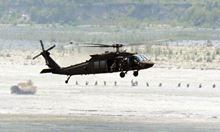 美军UH-60黑鹰直升机。(TED ALJIBE/AFP/Getty Images)