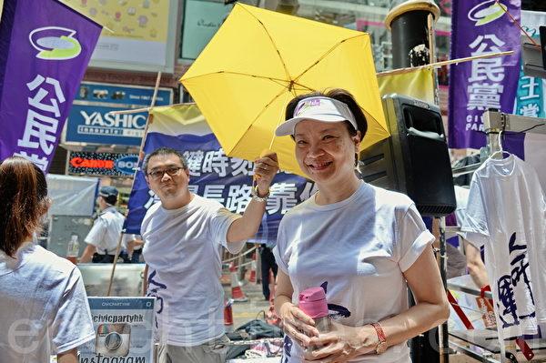 公民党主席余若薇在铜锣湾街站出来支持7.1大游行。(宋祥龙/大纪元)