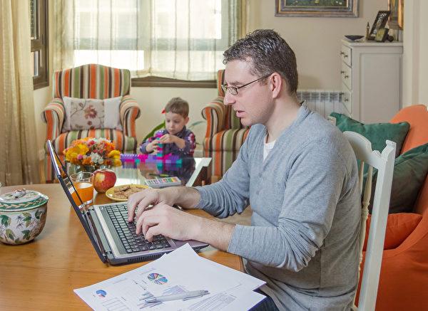 學歷愈高者在家工作的機會也就越多,有39%年紀超過25歲、且擁有學士或以上學歷的勞工在家完成部分工作,但只有12%的高中以下學歷的勞工在家完成部分工作。(Fotolia)