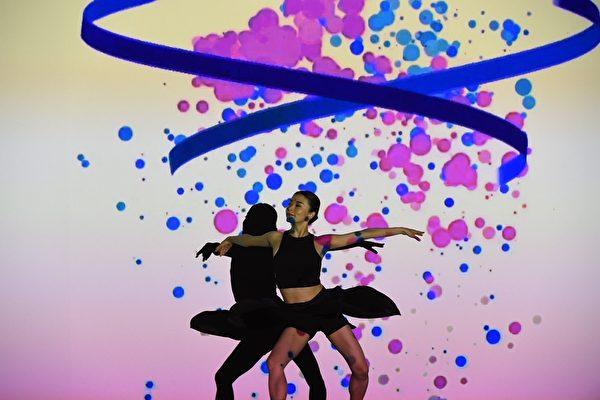 日本光影舞团enra以多媒体与舞蹈精准配合。(宽宏艺术提供)