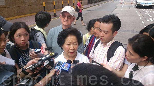 前政务司长陈方安生亦出来参加七一游行,并接受媒体采访。(孙青天/大纪元)