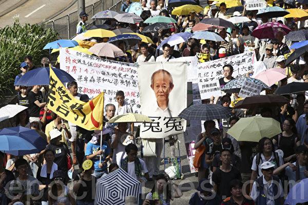 """2015年7月1日,香港民众七一游行的主题之一是""""促梁振英下台"""",继续发挥各自创意,自制标语及道具。(潘在殊/大纪元)"""