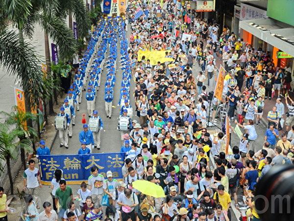 7.1大游行,法轮功队伍无惧酷热,打出诉江标语参加游行。(宋祥龙/大纪元)
