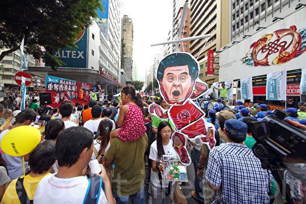 2015年7月1日,四万八香港人顶着酷热天气上街参加民阵举办的七一大游行,要求真普选及梁振英下台。(潘在殊/大纪元)