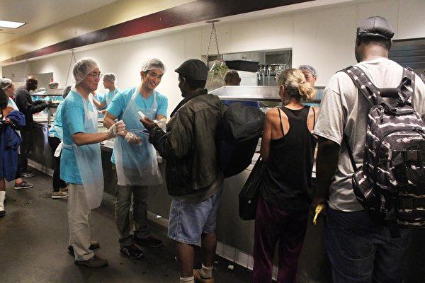 在午夜援助行動中,無家可歸者在排隊領取食品。(Whilshire銀行提供)