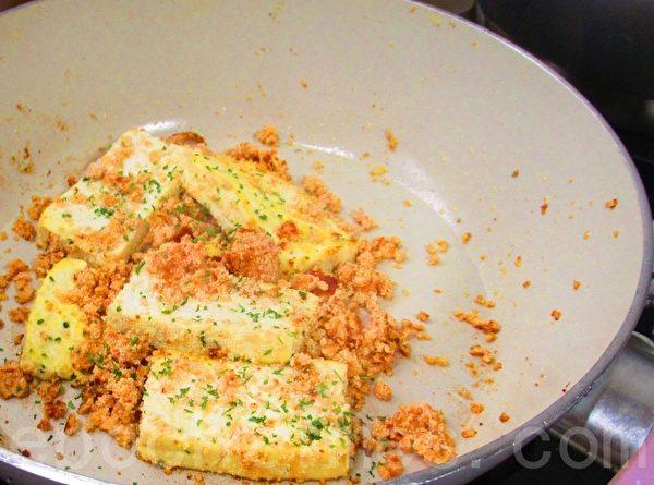 辣味鱼卵干煎豆腐排在锅中(家和/大纪元)