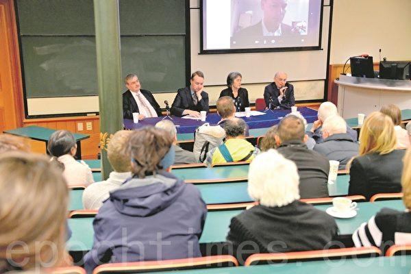新西兰移民和人权律师高尔、绿党国会议员蒂拉杭提与大卫‧麦塔斯在放映室内回答观众提出的各种问题。(易凡/大纪元)