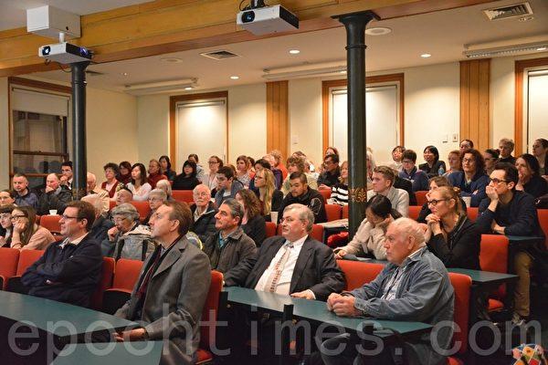 记录片《活摘》(Human Harvest)在维多利亚大学法律系的阶梯教室内放映,还没放映前,教室几乎已坐满。(易凡/大纪元)