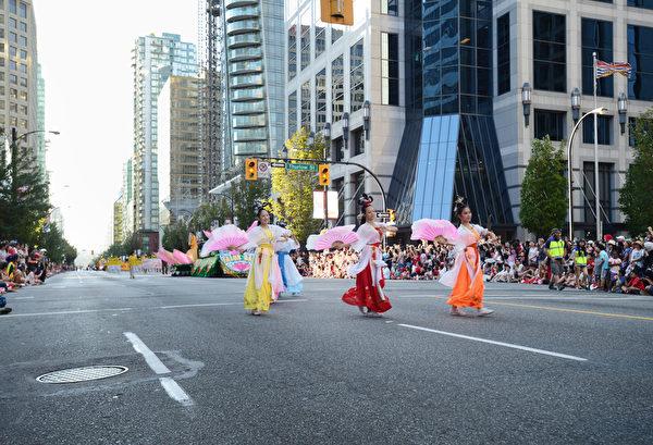 图:温哥华市中心的国庆节游行,规模盛大,吸引著30多万人观看。图为法轮功游行队伍。  (大宇/大纪元)