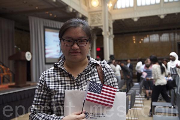 来自福州的杨怡现在皇后区大学学习经济专业,7月2日加入美国国籍。(施萍/大纪元)