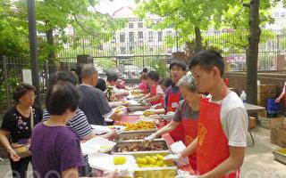 四十位大學及高中暑期領袖培訓的學員義工們和居民義工從早上10時一直忙碌到下午,為孔廈民眾提供了950份的免費燒烤食品。(蔡溶/大紀元)