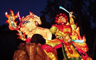 仿造日本睡魔祭打造出巨大的「妖狼擾月」,以巨大的人型「佞武多」,加上凶猛的灰狼,共同構築出具有強大戲劇張力的大型花燈。(高雄市觀光局提供)