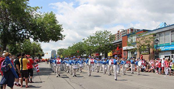 二零一五年七月一日上午十一点,多伦多法轮功学员组成的天国乐团应邀参加了密西沙加的国庆节游行,受到两旁观众的欢迎。(明慧网)