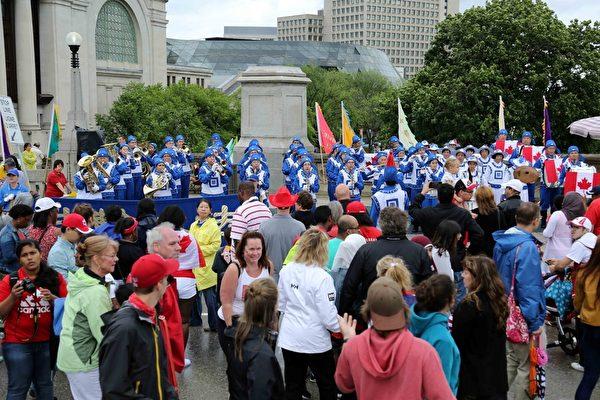 二零一五年加拿大国庆日,天国乐团的精彩演奏吸引了国会山前的观众。(明慧网)