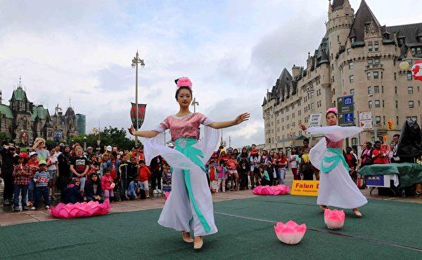 二零一五年加拿大国庆日,法轮功学员表演舞蹈,与民众分享节日快乐。(明慧网)