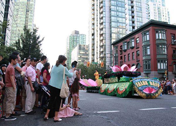 法轮功学员参加了2015年7月1日当天在温哥华地区举行的三场国庆游行,受到民众热烈欢迎。(明慧网)