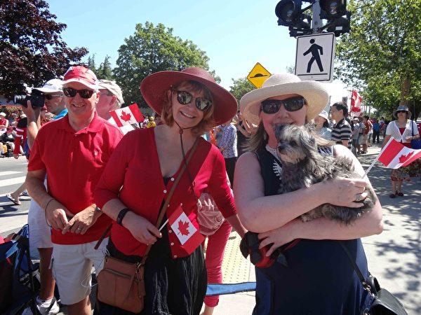 Susan女士(左)和朋友dawn女士(右)认为法轮功游行队伍非常高贵,非常美丽。(明慧网)