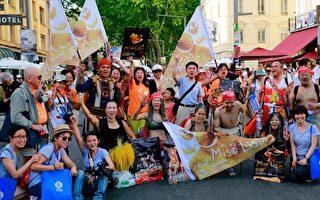 法國外亞維儂藝術節展開,當地正逢熱浪,台灣表演團隊除要維持演出水準,還得在酷暑中貼海報、發傳單,但他們都說已準備好開演。(駐法台灣文化中心提供)