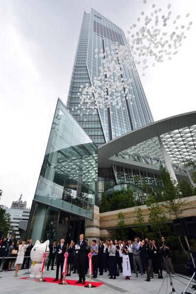 日本房價觸底後開始上漲,都市中心保值抗跌最受外資青睞。圖為去年東京市中心一處52層包括酒店、辦公室、住宅綜合開發大樓開幕啟用,吸引大批潛在買主前往參觀。(YOSHIKAZUTSUNO/AFP/GettyImages)