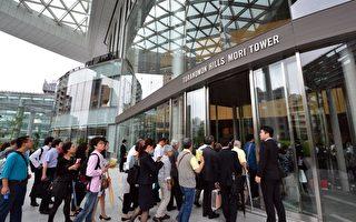 日本房价触底后开始上涨,都市中心保值抗跌最受外资青睐。图为去年东京市中心一处52层包括酒店、办公室、住宅综合开发大楼开幕启用,吸引大批潜在买主前往参观。(YOSHIKAZUTSUNO/AFP/GettyImages)