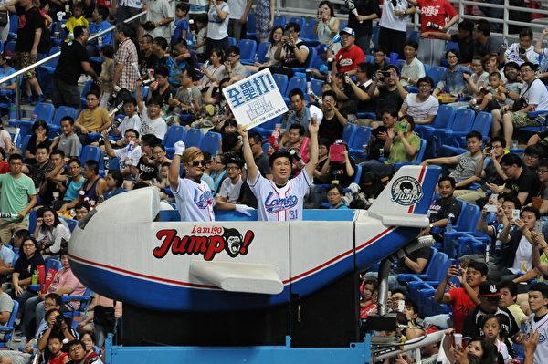 胡瓜登小飛機帶領全場觀眾為球員喝采。(福斯國際電視網提供)