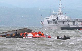 菲律宾中部地区2日发生船难,罹难人数已飙至54人。图为3日,救援人员在波涛汹涌的大海中进行救援工作。(Ignatius Martin/AFP)