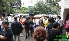 圖:2015年7月4日,黃甲派出所外被民眾攔截的截訪人員。(周燕瓊家人提供)