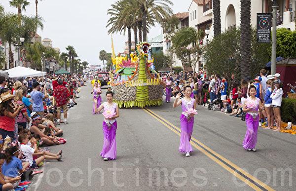 2015年7月4日美国西海岸最大规模的国庆游行--南加州杭庭顿海滩市(Huntington Beach)上的法轮功队伍。(季媛/大纪元)