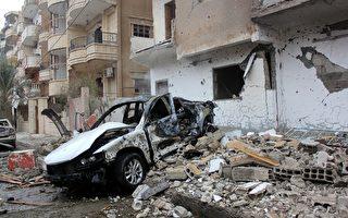 叙利亚的人权观察组织于2015年7月5日表示,美国空中武力连续两天对伊斯兰国(IS)极端组织进行轰炸,已炸死至少22人。本图为遭空袭后的拉卡市,到处可见残破的建筑物和汽车残骸。(STR/AFP/Getty Images)